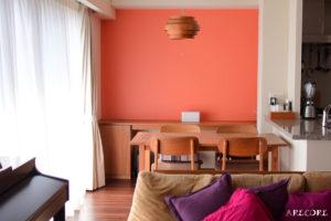 オレンジ色の壁